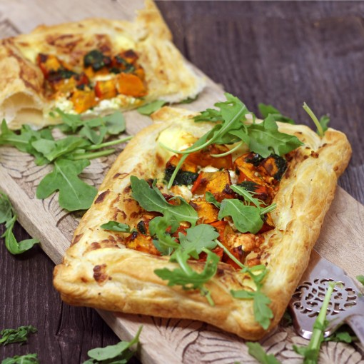 Kürbis-Blätterteig Tarte mit Feta, Pinienkerne und Rucola