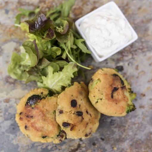 Brokkoli-Couscous Laibchen mit gemischtem Salat und Sauce Tatare