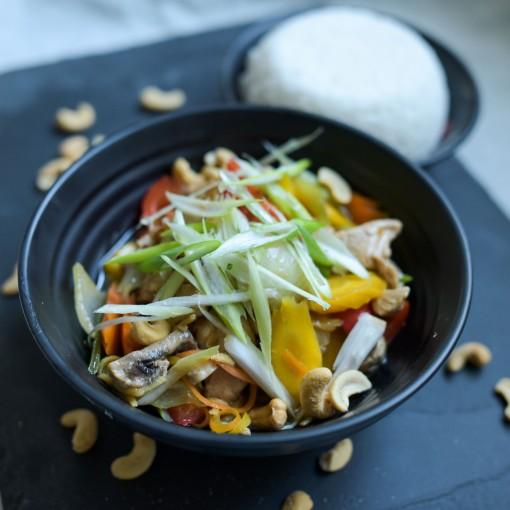 Cashew-Huhn mit buntem Gemüse und Basmatireis