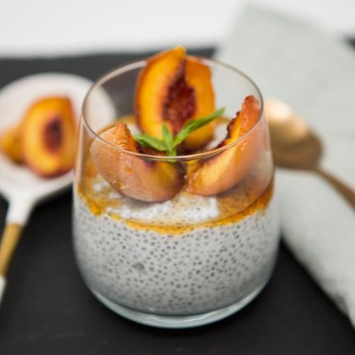 Chia-Pudding mit karamellisiertem Pfirsich und Kürbiskrokant