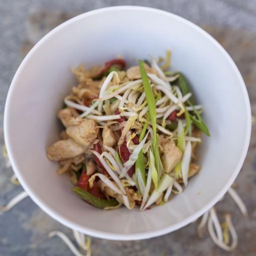 Asiatischer Wok mit Reisnudeln, Hühnchen, Paprika und grünen Bohnen