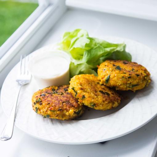Gemüse-Laibchen mit Chinakohlsalat und Sauerrahmdip