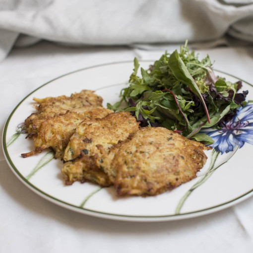 Erdäpfel-Eierschwammerlpuffer mit Dip und Blattsalat