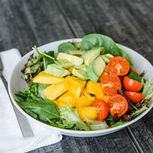 Sommersalat mit Avocado und Mango