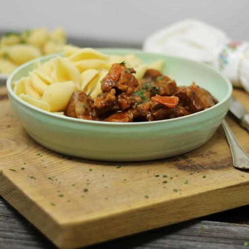 Griechisches Rinderragout mit Pasta