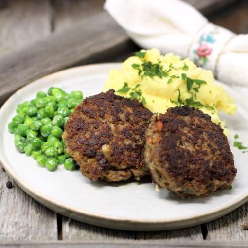 Fleischlaibchen mit Erbsen-Rahmgemüse und Kartoffelpüree