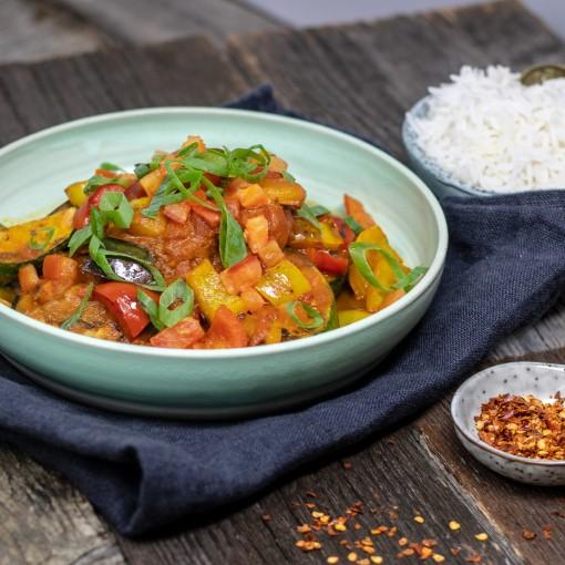 Indische Gemüsepfanne mit Tomaten-Curry Sauce und Basmatireis
