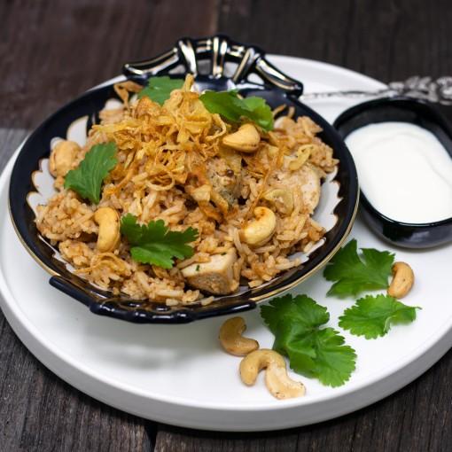 Indisches Reisfleisch mit Huhn und gerösteten Cashewkernen