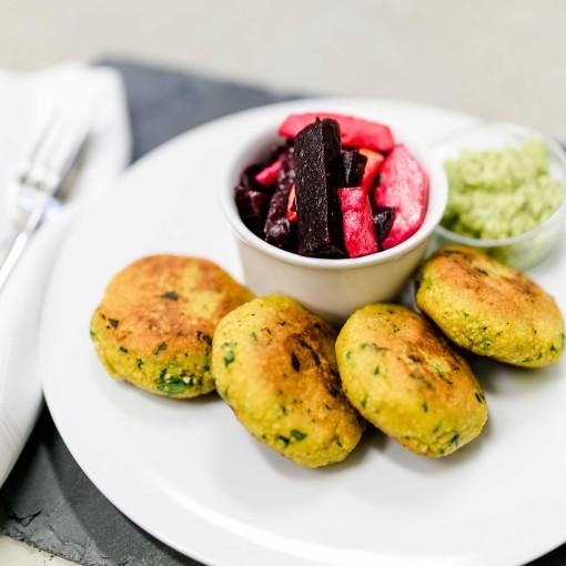 Couscous-Laibchen mit Avocadodip und Rona-Apfelsalat