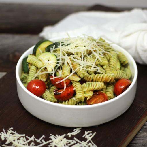Spirali mit Kräuterpesto und frischem Parmesan