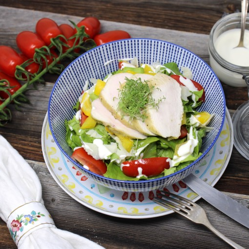 Romanasalat mit zartem Hühnerfilet, Cocktailtomaten und Paprikawürfel