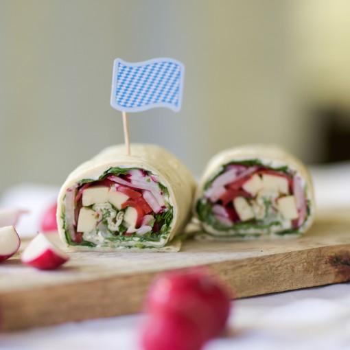 Wiesn-Wrap Vogerlsalat, Radieschen, Hirtenkäse und roter Paprika