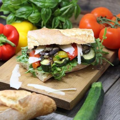 Antipasti-Sandwich mit gegrillter Paprika, Melanzani, Zucchini und feinen Parmesanhobel