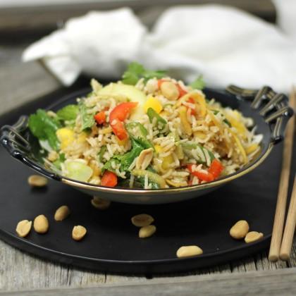 Thailändischer Reissalat mit knackigem Gemüse, Mango und Erdnüsse