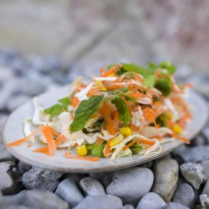 Bunter Krautsalat mit Mais, Karotten und Chiasamen