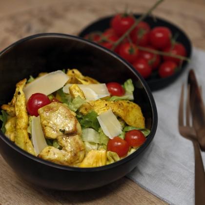 Putenstreifensalat mit Romanasalat, Cocktailtomaten und Parmesanhobel