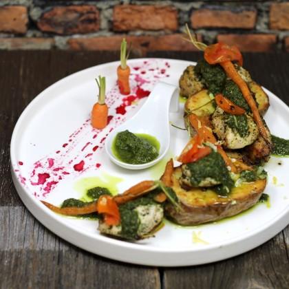 Chimichurri Chicken mit Ofenkartoffel und Baby-Karotten