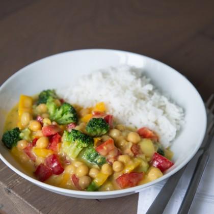 Curry mit Brokkoli, Kichererbsen und Paprika, dazu Basmatireis
