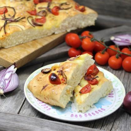 Foccacia mit Rosmarin, Tomaten und Olivenöl