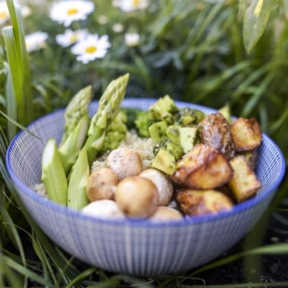 Frühlings-Quinoa Bowl mit grünem Spargel und Basilikumpesto