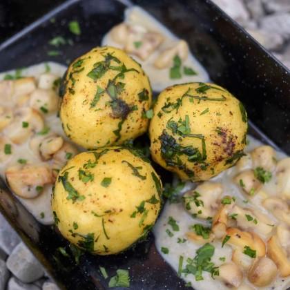 Gefüllte Erdäpfelknödel mit Pilz-Käsesauce