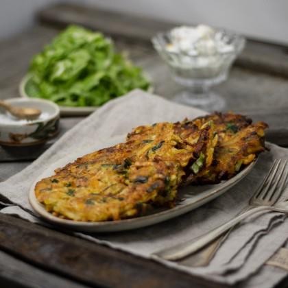 Gemüse-Laibchen mit Apfel-Dip und Chinakohlsalat