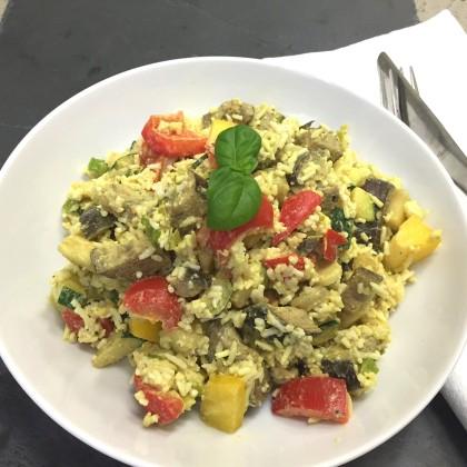 Gemüsereis-Pfanne mit Joghurt-Sauerrahmdip