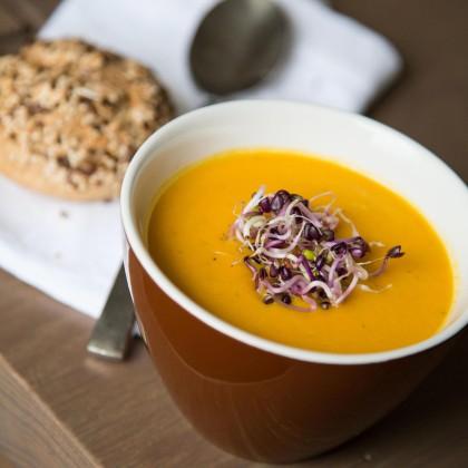 Süßkartoffel-Suppe mit frischen Sprossen