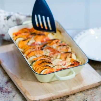 Sommerliches Gratin mit Süßkartoffeln, Kürbis, Tomaten und Zucchini