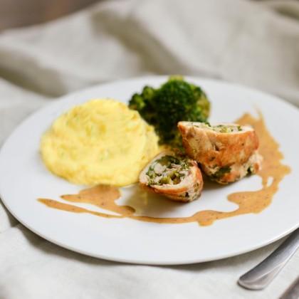 Hähnchen-Roulade mit Kräuterpüree und Brokkoligemüse