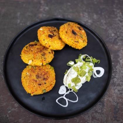 Knusprige Hirselaibchen mit Blattsalat und Guacamole