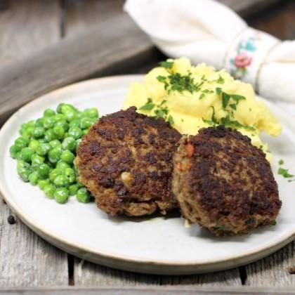 Rindfleisch-Gemüse-Datscherl mit Erbsen-Rahmgemüse und Kartoffelpüree