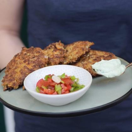 Karotten-Datscherl mit Avocado-Erbsen-Dip und Paprika-Chilli-Salsa