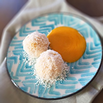 Kokos-Topfenknödel mit Mangosauce