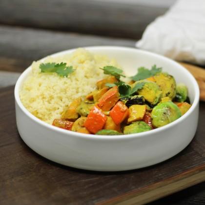 Kürbis-Curry mit Kohlsprossen, Datteln und Couscous