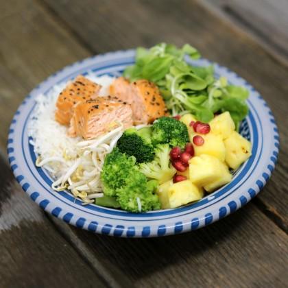 Rice Bowl mit geräuchertem Lachsfilet, Brokkoli, Ananas, Sojasprossen Honig-Senf-Dressing