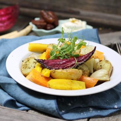 Marokkanisches Ofengemüse mit Süßkartoffeln, Datteln und Mango-Curry-Dip