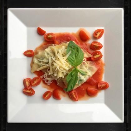 Spargel-Ravioli mit leichter Tomatensauce