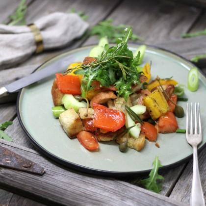 Panzanella - Toskanischer Salat mit Ochsenherz-Tomaten und knusprigen Ciabattawürfel