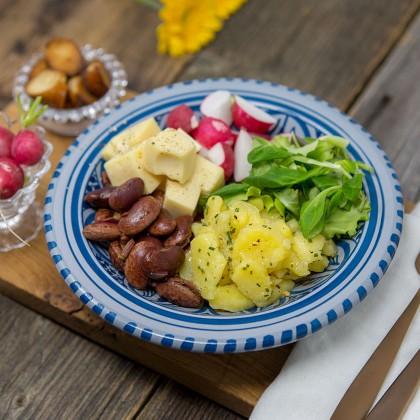 Wiesn-Bowl mit Käferbohnen, Vogerl- und Kartoffelsalat, Käsewürfel, Radieschen und gerösteten Laugenbrezen