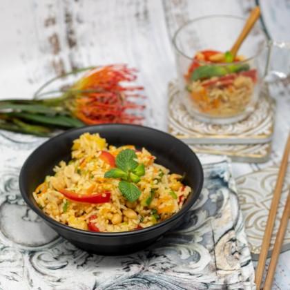 Asiatischer Reissalat mit Mango und Erdnüsse