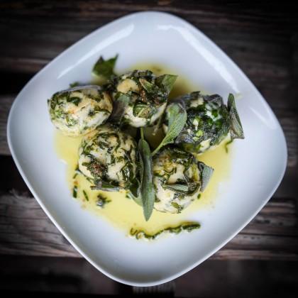 Ricotta-Bärlauchnocken mit Zitronen-Salbei-Sauce und Parmesan