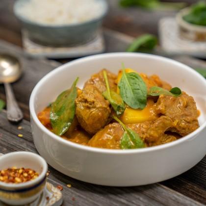 Rindfleisch-Curry mit frischen Babyblattspinat und Basmatireis