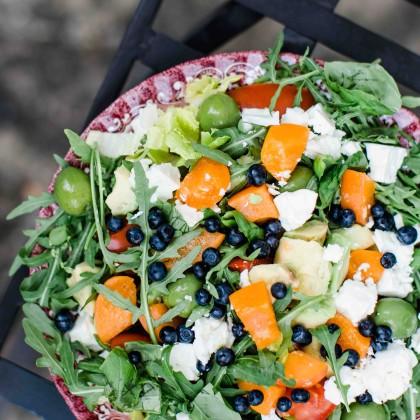 Summer Bowl mit Couscous, Marille, Rucola, Oliven, Heidelbeeren und Ziegenkäse