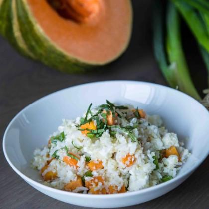 Quinoa-Reispfanne mit gebratenen Süßkartoffeln und Feta-Topping