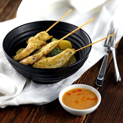 Hühner-Saté-Spießchen mit Erdnuss-Sauce und Kartoffel-Zucchini Gemüse