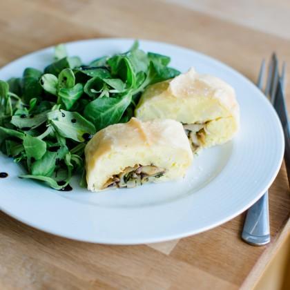 Kartoffelstrudel mit Eierschwammerlfülle und Vogerlsalat