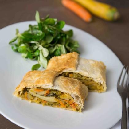 Gemüsestrudel mit frischem Vogerlsalat und Dip