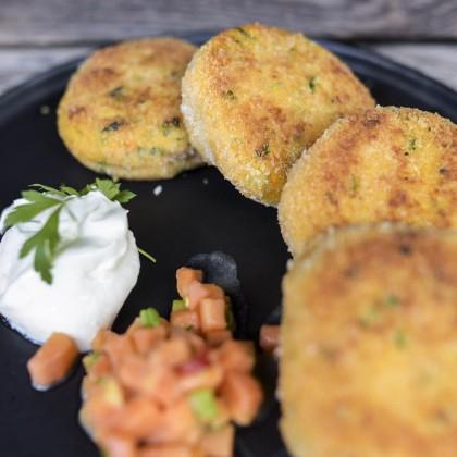 Süßkartoffel-Laibchen mit Avocadocreme und Salat