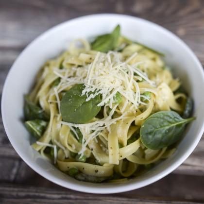 Tagliatelle alla Carbonara mit Erbsen und frischem Spinat